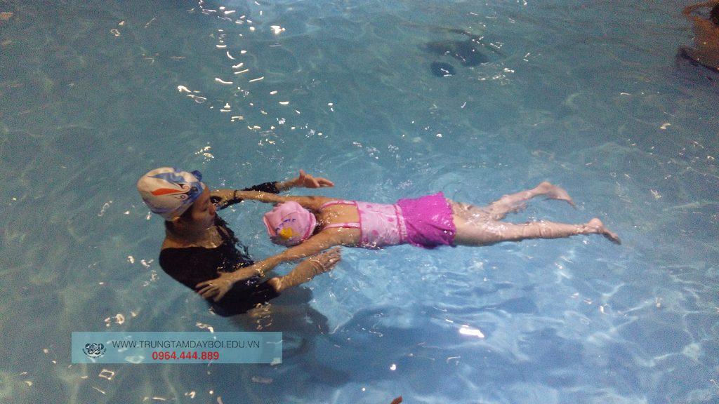 Kỹ thuật thả nổi cơ bản cho người chưa biết bơi