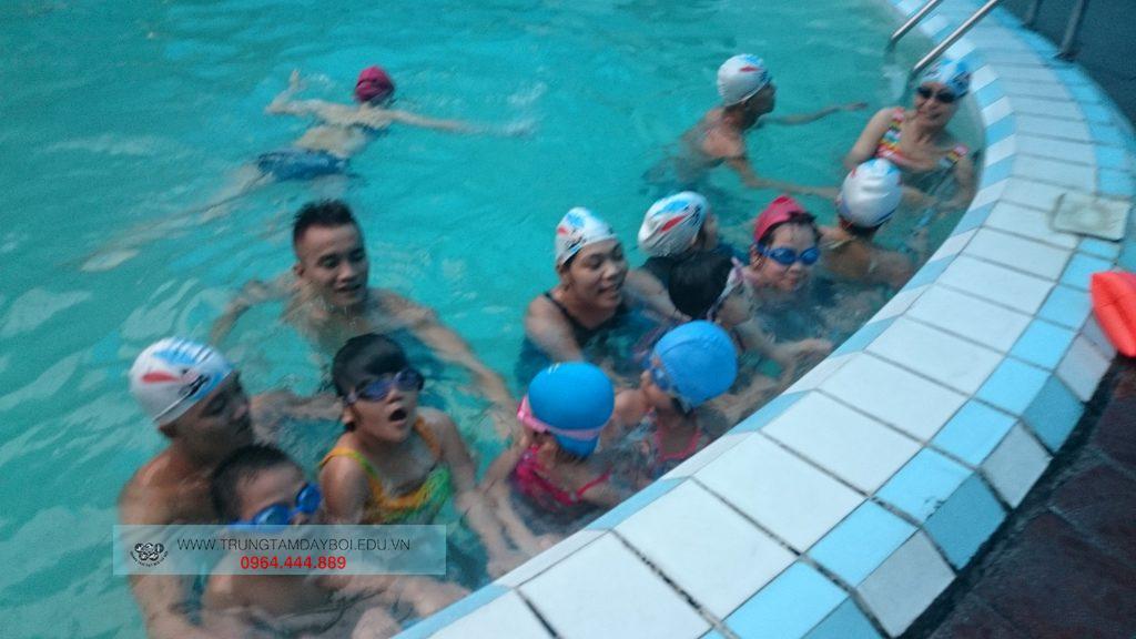 Những điều phụ huynh cần chú ý khi đưa con đi bơi