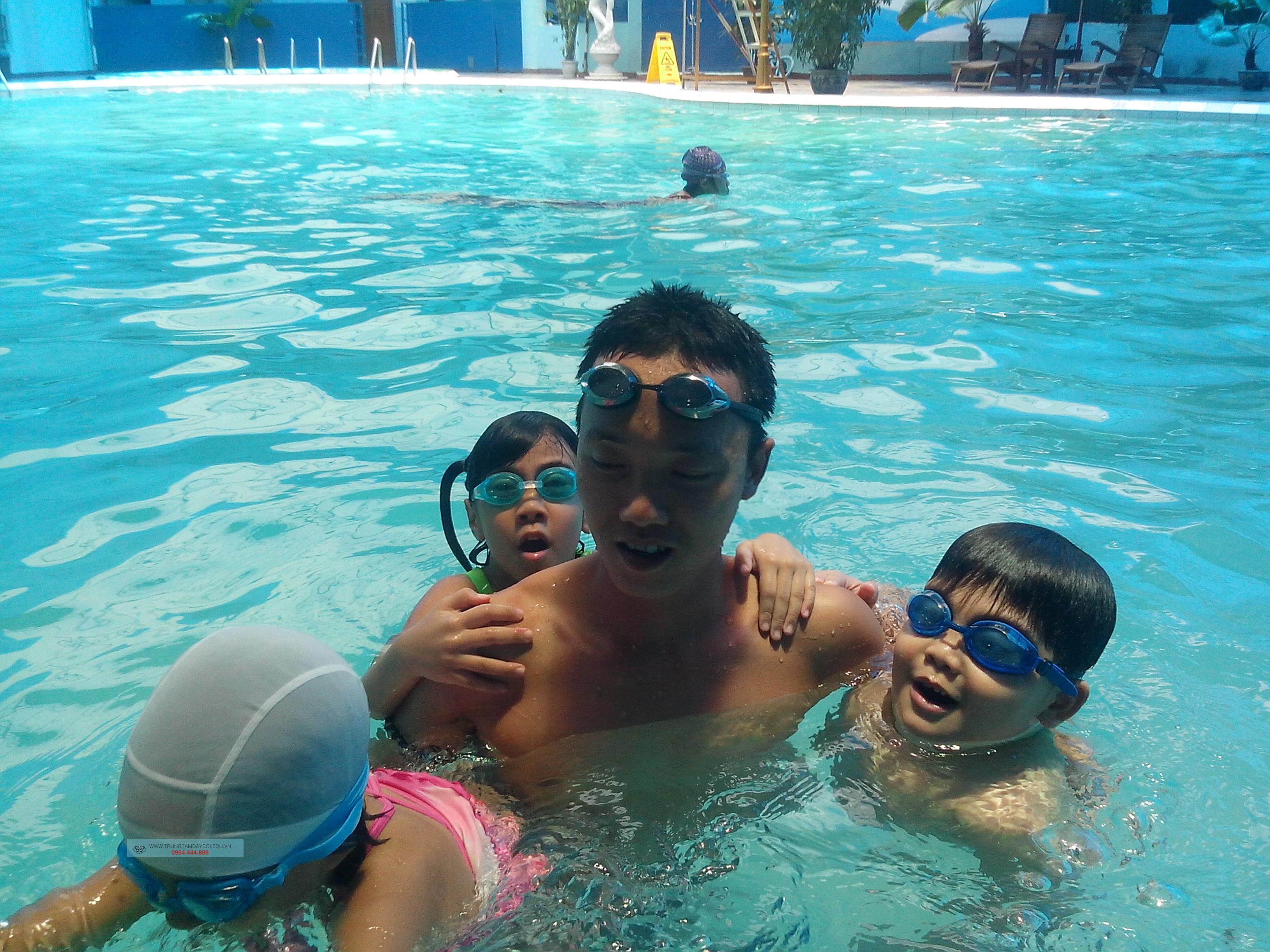 Bơi lội phát triển trí tuệ của trẻ nhỏ  Bơi lội phát triển trí tuệ của trẻ nhỏ