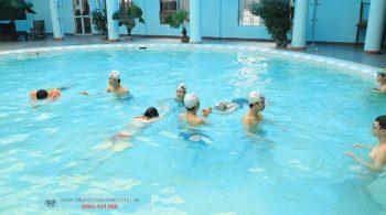 Lớp học bơi công ty tập thể