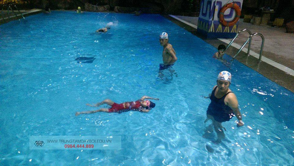 Lứa tuổi nào có thể học bơi?