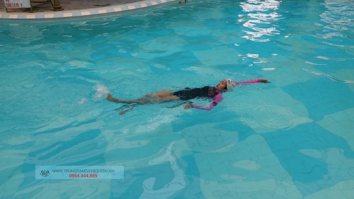 Kỹ thuật CHÂN trong Bơi Ngửa
