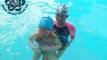 Giáo viên dạy bơi nữ tại Hà Nội